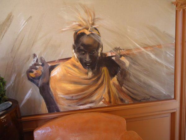 Massai robe ocre jaune avec son bâton de pèlerin